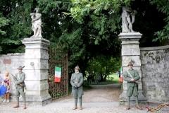 guardia all'ingresso del parco di villa Dolfin fatto da gruppo storico 22cp skiatori di Romano d'Ezzelino